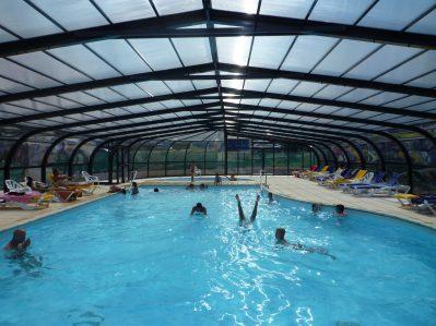 LE VARQUEZ-SUR-MER-La piscine couverte et chauffée du camping LE VARQUEZ-SUR-MER-PLOUHA