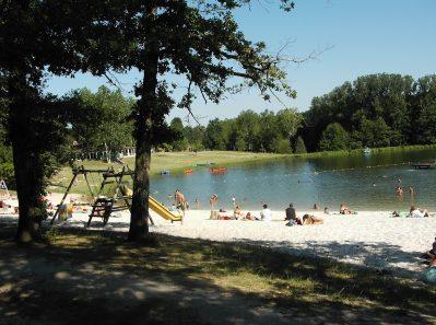 LAC DE LISLEBONNE-Accès direct à la plage pour le camping LAC DE LISLEBONNE-REAUP LISSE