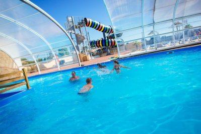 BAHAMAS BEACH-La piscine couverte et chauffée du camping BAHAMAS BEACH-SAINT GILLES CROIX DE VIE