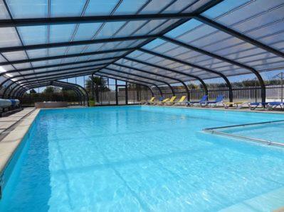 LE ROUGE GORGE-La piscine couverte et chauffée du camping LE ROUGE GORGE-SAINT LAURENT SUR SEVRE