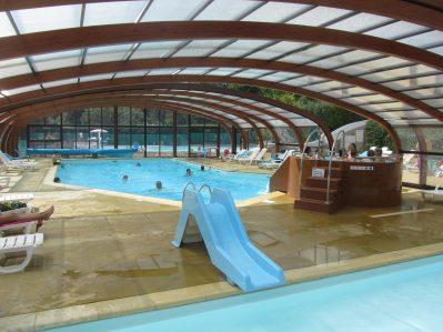 KERVILOR-La piscine couverte et chauffée du camping KERVILOR-TRINITE SUR MER