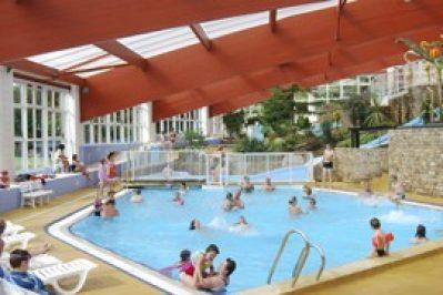 CHATEAU DE LEZ-EAUX-La piscine couverte et chauffée du camping CHATEAU DE LEZ-EAUX-SAINT PAIR SUR MER