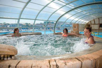 DOMAINE DE BEAULIEU-La piscine à remous du camping DOMAINE DE BEAULIEU-GIVRAND