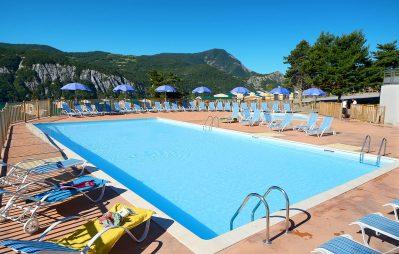 LES BERGES DU LAC-La piscine du camping LES BERGES DU LAC-LAUZET UBAYE