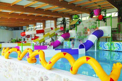 AU BOCAGE DU LAC-Jeux aquatiques au camping AU BOCAGE DU LAC, das Departement Côtes-d'Armor-JUGON LES LACS