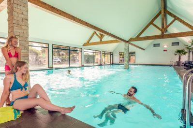 VILLAGE L'OCEAN BRETON-La piscine couverte et chauffée du camping VILLAGE L'OCEAN BRETON-PLOBANNALEC