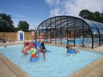 LA VALLEE DU NINIAN-La piscine couverte et chauffée du camping LA VALLEE DU NINIAN-TAUPONT