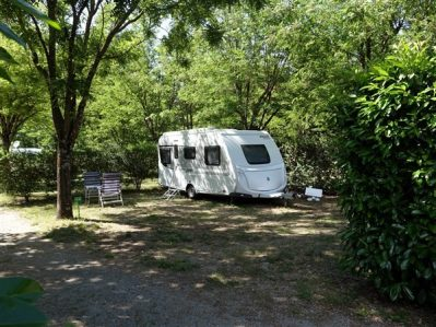 LE PLAN D EAU-Les emplacements du camping LE PLAN D EAU-SAINT PRIVAT