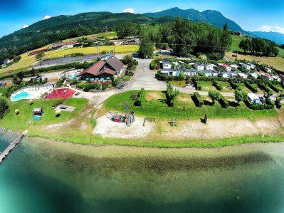LAC DU LIT AU ROI-Accès direct à la plage pour le camping LAC DU LIT AU ROI-MASSIGNIEU DE RIVES