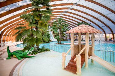 VILLAGE PORT DE PLAISANCE-La piscine couverte et chauffée du camping VILLAGE PORT DE PLAISANCE-CLOHARS FOUESNANT