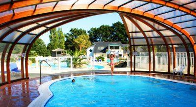 LES DEUX FONTAINES-La piscine couverte du camping LES DEUX FONTAINES-NEVEZ