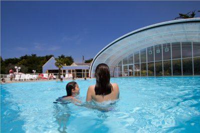 VILLAGE LA PLAGE-La piscine couverte et chauffée du camping VILLAGE LA PLAGE-PENMARCH
