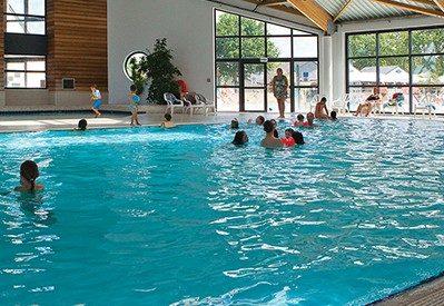 MANE GUERNEHUE-La piscine couverte et chauffée du camping MANE GUERNEHUE-BADEN