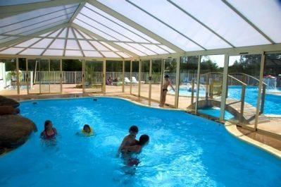 LE MOULIN DE CANTIZAC-La piscine couverte du camping LE MOULIN DE CANTIZAC-SENE