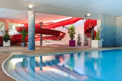 HOLIDAY GREEN - La piscine couverte et chauffée du camping HOLIDAY GREEN - FREJUS