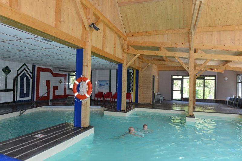 AIROTEL PYRENEES-La piscine couverte et chauffée du camping AIROTEL PYRENEES-ESQUIEZE SERE