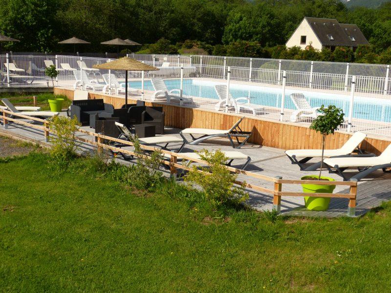 LES BOMBES-La piscine du camping LES BOMBES-CHAMBON SUR LAC