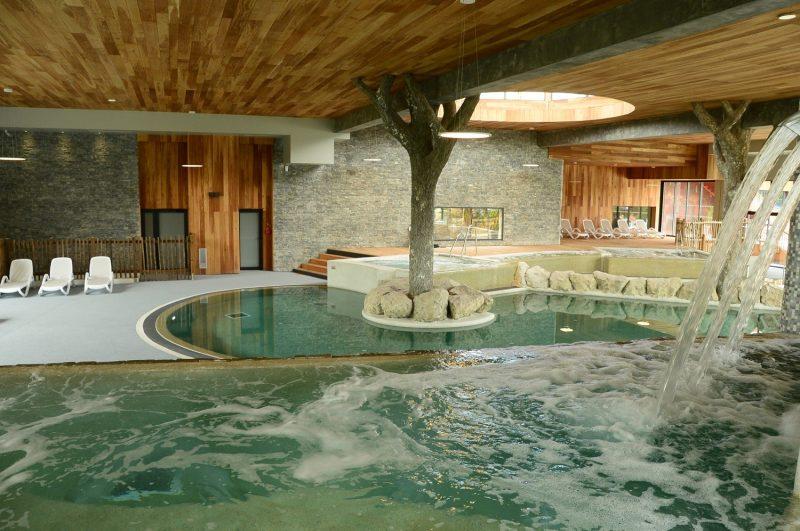 SEQUOIA PARC-La piscine couverte et chauffée du camping SEQUOIA PARC-SAINT JUST LUZAC