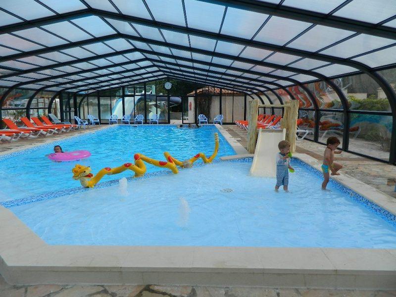 LE RAGIS-La piscine couverte et chauffée du camping LE RAGIS-CHALLANS