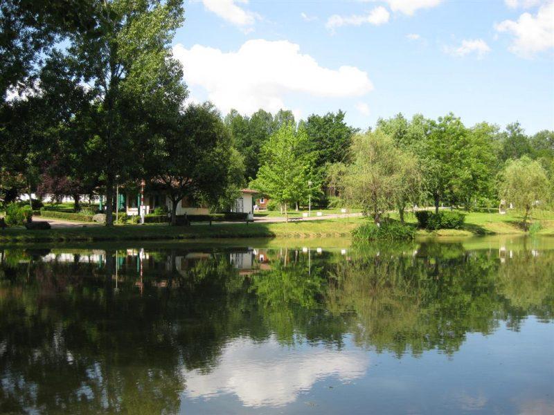 CAMPING LE REPAIRE-Un camping en bord d'étang das Departement Dordogne-THIVIERS