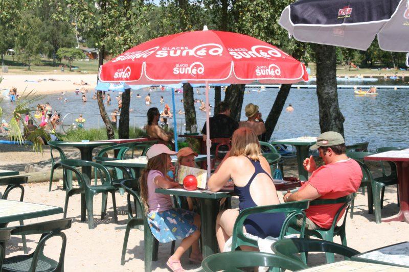 LE LAC DE MIEL-Le bar du camping LE LAC DE MIEL-BEYNAT